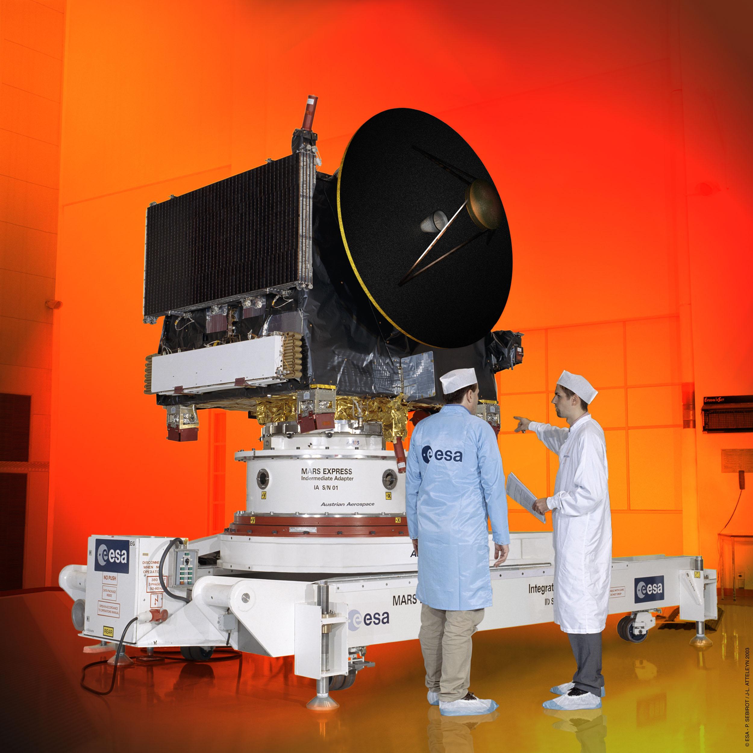 Mars Express al termine della fase di montaggio. I pannelli solari sono ripiegati e verranno aperti nello spazio